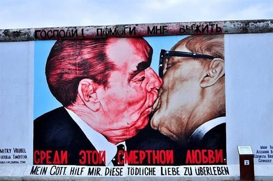 beso entre Breznev y Honecker east side gallery berlin